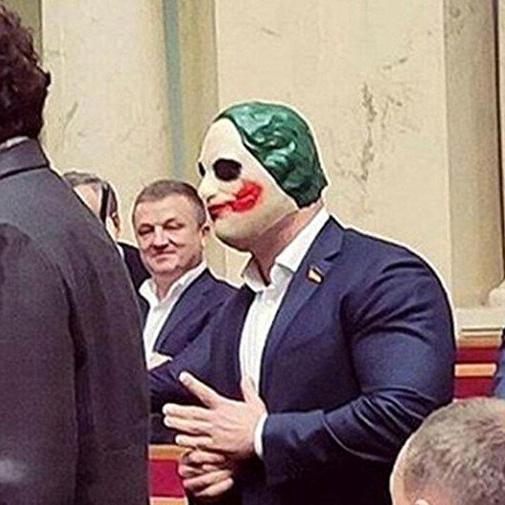 Ukraynalı vekilden parlamentoda 'Joker maskeli' protesto