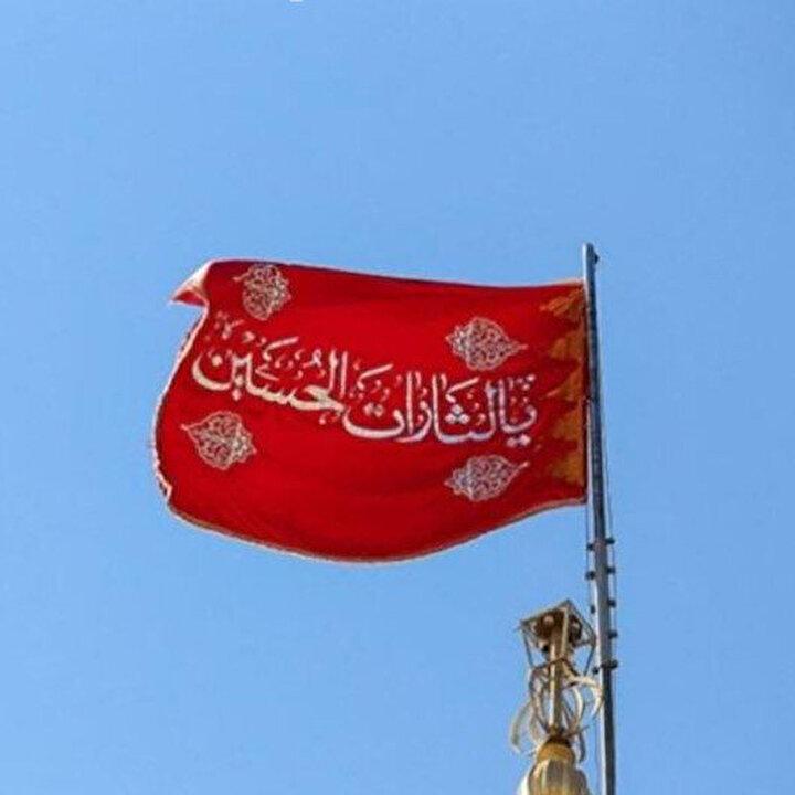 İran'da caminin kubbesine 'intikamı' temsil eden kırmızı bayrak çekildi