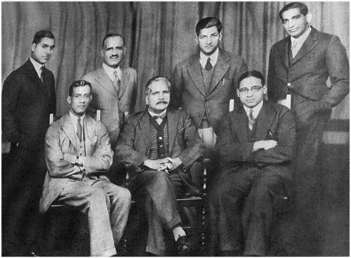 Rahmet Ali, (sandalyede en solda oturan) ve Muhammed İkbal (ortada) bir grup genç aktivistle birlikte İngiltere, 1932.