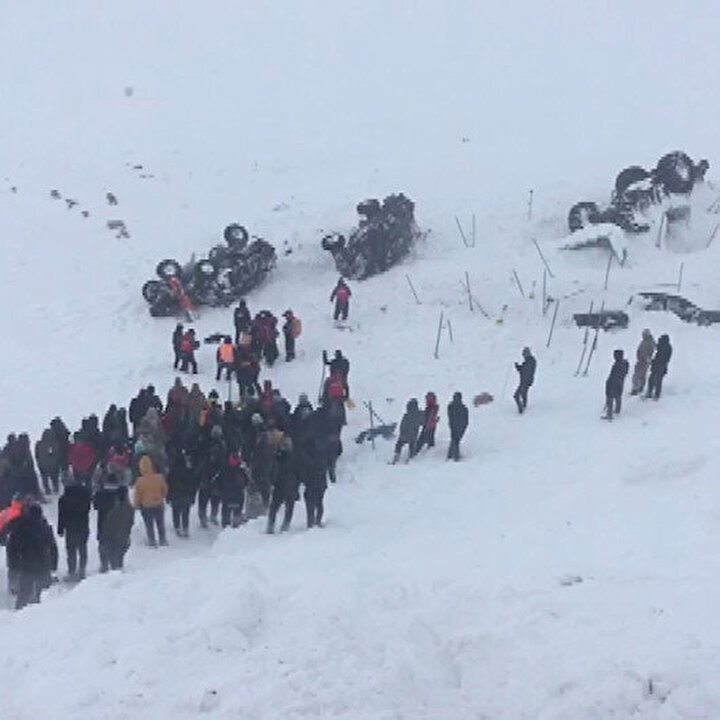 Van'da çığ altında kalan vatandaşları kurtarma çalışması sürüyor