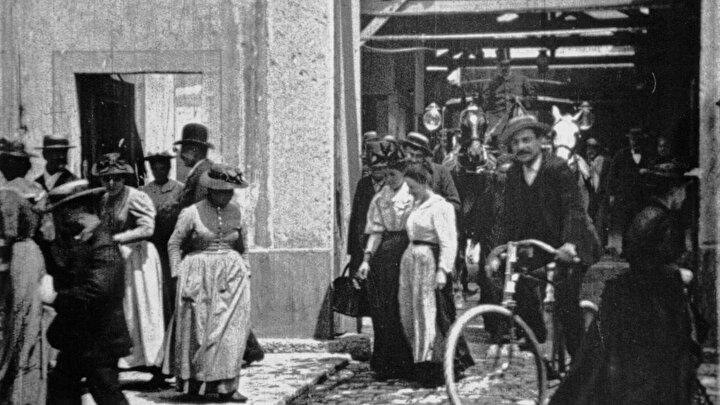 Louis ve Auguste Lumiere kardeşlerin 45 saniyelik filmi, Lumiere Fabrikasından Çıkan İşçiler.