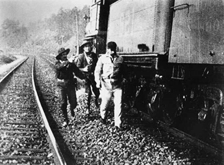 """Edwin S. Porter'ın bugünkü sinemacılığın başlangıcı sayılan """"The Great Train Robbery"""" (Büyük Tren Soygunu) adlı önemli filmi."""