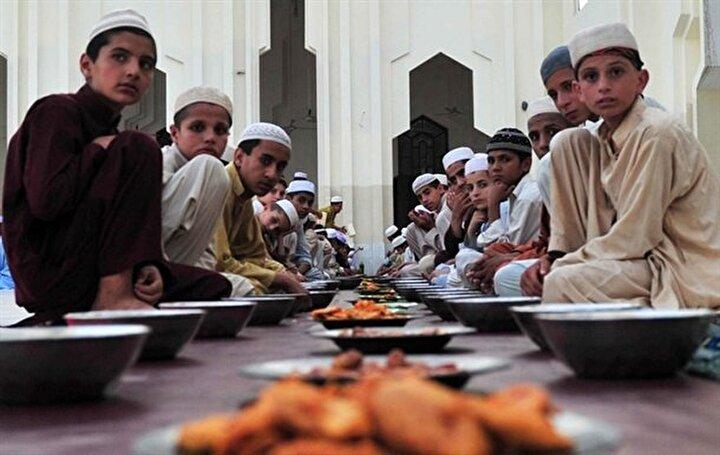 Mustafa Bağ: Bazı evlerde sadece pilav var: Kabilde iftarda genellikle hurma ile açılan orucun ardından ana menü olarak kuzu ya da dana etinden yapılan kavurma ikram ediliyor. Bunun yanında tavuk çorbası, kuşbaşı kuzu etinden yapılan ve Farsça bulani olarak adlandırılan tandır böreği de iftarın olmazsa olmazlarından. Afgan halkı, yemeğin hemen akabinde meyve yer. Bunun sonrasında ise çay içiliyor. Afganistanda yeşil çayın ayrı bir anlamı var. Hatta Farsça, Çay ne hurde cank nameşa yani Çay içmeden savaş olmaz şeklinde bir atasözü bile mevcut. Çayın haricinde taze sıkılmış şeker kamışı, mango suyu hem iftarda hem de sahurda içiliyor. Halkın fırini dediği sütlü tatlı, iftar sonrası hane halkına ve misafirlere ikram ediliyor. Ülke nüfusunun büyük bir kısmı yoksulluk sınırının altında olduğu için bazı evlerde sadece pilav ile idare ediliyor.