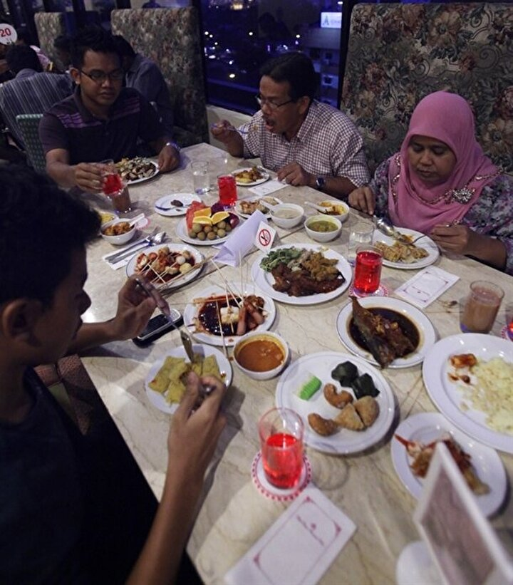 Saıful Muhyidin: Ketan bintul geleneği sofralarda: Ramazanda, mukabele ve teravih namazlarının yanı sıra iftar vakti geldiğinde çeşit çeşit yemekler gelir sofraya.Endonezyada iftara saatler kala semt pazarlarında alışverişe çıkılır. Bizim için en özel ve önemlisi ketan bintuldur. 15. yüzyılda Banten Sultanlığının kurulduğundan bu yana servis edilen eşsiz bir yemek bu. Orucu açtıktan sonra aperatif olarak servis edilir. Ketan bintul, ıslak beyaz pirinçten yapılan, Hindistan cevizi, soğan, sarımsak ve tuz karışımıyla servis edilen bir yemek. Ketan bintulsuz Ramazan düşünmek mümkün değil. Yemeğin ilginç de bir hikayesi var. Bu yemek sultan Maulana Hasanuddin dönemine ait. Sultan Maulana yüksek ahlaki değerlere sahip birisiydi. Bu yemeği de onun tevazuuna benzetiyorlar. Bir Endonezyalı iftarını ketan bintulla açtığı zaman sultana karşı saygısını göstermiş gibi hissediyor kendini. Bunu yerken insanlar bir gurur da hissediyorlar.