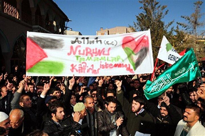 Vanda cuma namazı sonrası protesto edildi. Kent merkezinde cuma namazı sonrası Hz. Ömer Camisi avlusunda toplanan Van hak ve özgürlükler platformu (vahop) ile Anadolu gençlik derneği üyeleri, kahrolsun İsrail ve Gazze'ye selam, direnişe devam seklinde slogan attı.