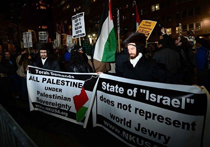 Gösterilere katılan bazı Yahudiler de, İsrail devleti bütün Yahudilerin temsilcisi değildir yazılı pankartlarla İsrail'in saldırılarını protesto ettiler.
