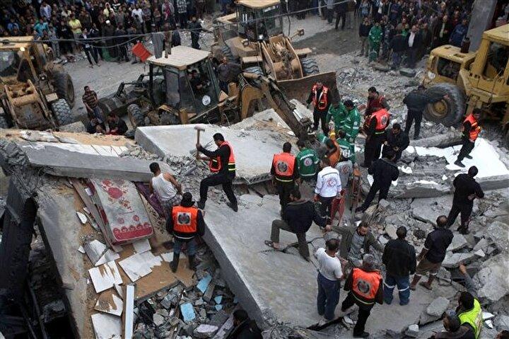 İsrail'in, hamas liderlerinden Süleyman Salah'ın evine düzenlediği saldırıda onlarca kişinin yaralandığı bildirildi. yıkılan binada enkazda kalanları kurtarma çalışması yapıldı.