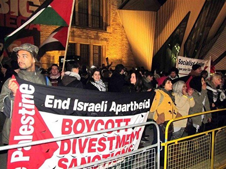 Kanada'nın Toronto kentinde yüzlerce kişinin katilliği gösteride protesto edildi. İsrail irk ayrımcılığına karsı koalisyon, kanada Arap federasyonu, Filistin evi ve kanada barış dostları isimli kuruluşlarca ortaklaşa düzenlenen gösteri, Toronto'daki İsrail konsolosluğu önünde yapıldı.