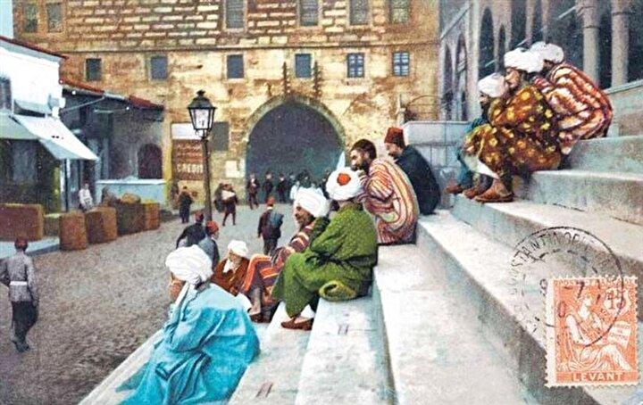 İSTANBUL, EMİNÖNÜ'NDE YENİ CAMİ'NİN BASAMAKLARINDA DİNLENEN ORTA ASYALI HAC YOLCULARIHac öncesi Kafkas, Afgan, Orta Asya ve Hint Müslümanları tarafından İstanbul'a yapılan ziyaretler, Osmanlı Devleti'nin desteklediği ve organize ettiği bir gelenekti. İstanbul'daki Özbek, Hindî ve Afganî tekkelerinin önemli fonksiyonlarından biri de bu Hacı adaylarının yolculuklarını kolaylaştırmak ve onlara hizmet etmekti. Başta Kudüs, Kahire ve Medine'dekiler olmak üzere Osmanlı coğrafyasında, hacılara hizmet için kurulmuş pek çok tekke faaliyet gösteriyordu.