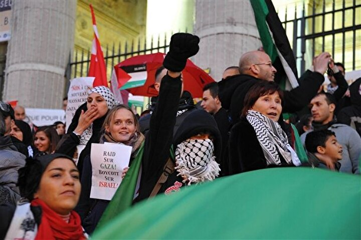 Belçika'nın başkenti Brüksel'de borsa binası önünde toplanan yüzlerce Filistin taraftarı İsrail'in saldırılarını kınadı.
