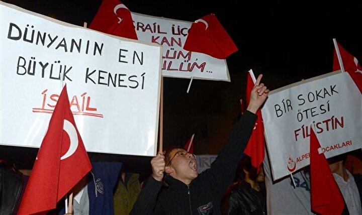 İsrail'in Gazze saldırısına tepki gösteren bir grup, İsrail'in Ankara büyükelçiliği önünde eylem yaptı.