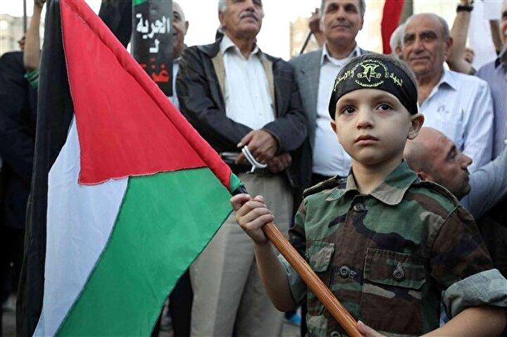 Lübnan'ın Beyrut kenti merkezinde toplanan protestocular saldırıları kınadı.