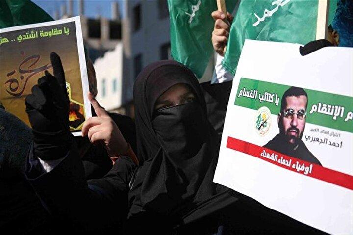 El Halil'de toplanan protestocular gösteri düzenledi