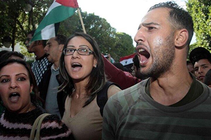Tunus'un Tunus kenti merkezinde toplanan protestocular saldırıları kınadı.