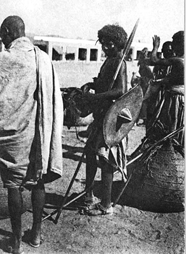 MEKKE YOLUNDA AFRİKALI MÜSLÜMANLARKutsal topraklara ulaşmak için en zorlu yolculukların yapıldığı coğrafya hiç şüphesiz Afrika. Batı Afrika'dan ve Büyük Sahraçölü çevresinden gelen Müslümanların, devasa çöller, ormanlar ve nehirler gibi coğrafî engellerle mücadele ederek çıktıkları Hac yolculuğu, en az iki yıl sürüyordu. Asla geri dönemeyeceğini düşünenlerin pek çoğu yola çıkmadan evvel malını mülkünü satar, akrabalarıyla helalleşirdi.
