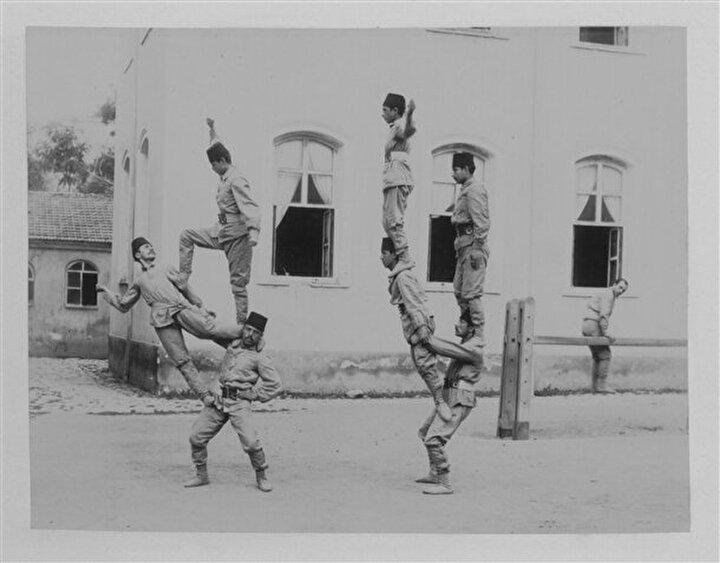 Deniz Harp Okulu Talebeleri jimnastik yaparken