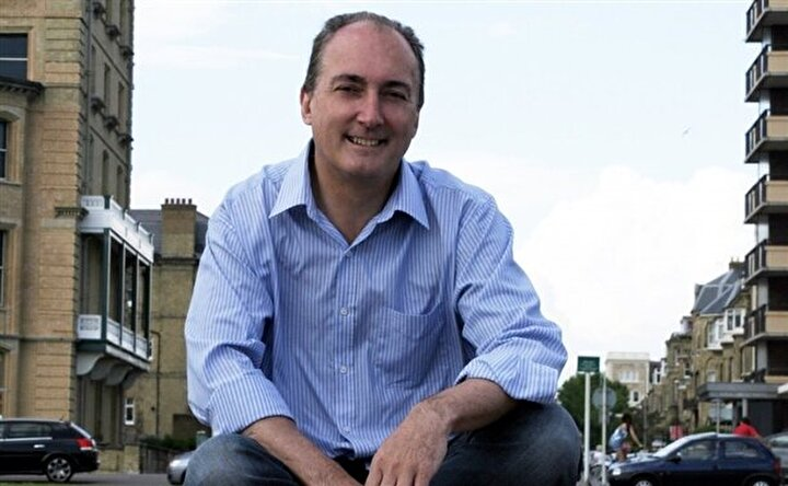 Mike Weatherley: İngiltere Başbakanı David Cameronın sağ kolu olarak bilinen Muhafazakar Parti Milletvekili Mike Weatherleynin eşinin hayat kadını olduğu ve 150 erkekle yattığı ortaya çıktı.