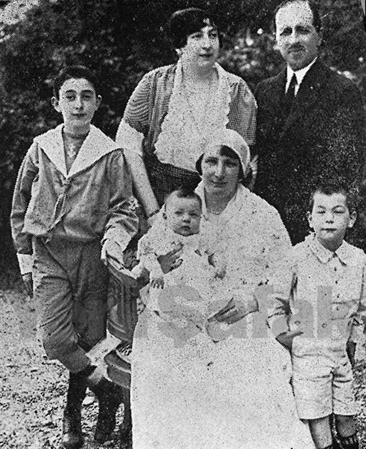 Ayşe Osmanoğlu ülkeyi terk etmeden önce eşi, üç oğlu ve annesiyle birlikte.