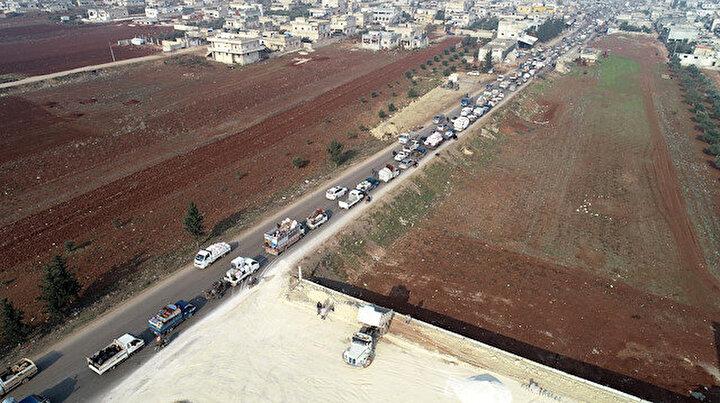 120 bin kişi Türkiye sınırına akın etti: Boş arazilere çadır kurdular