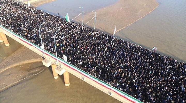 İranda Süleymaninin cenaze töreni başladı: Yüzbinlerce kişi tek bir ağızdan intikam yeminleri ediyor