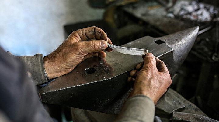 Antalyada 46 yıldır demir kesen bıçaklar yapıyor