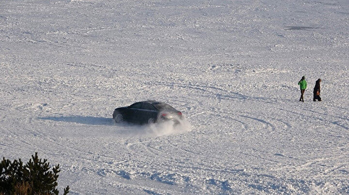 Buz tutan Çıldır Gölünde sürücü drift yaptı