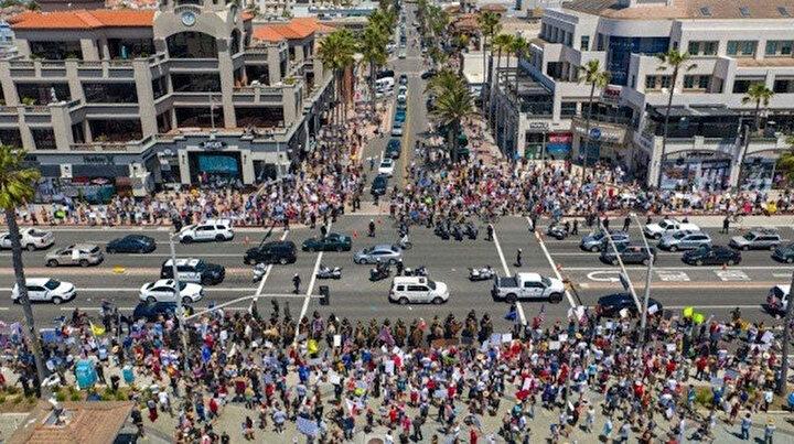 Sosyal mesafe sıfır: ABDliler plasjlara özgürlük diye sokaklara döküldü