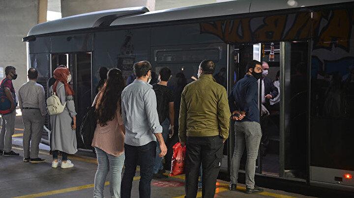 Metrobüslerde Pazartesi sabahı yoğunluğu: Otobüslerin sefer sayılarında da bir sıkıntı var gibi görünüyor