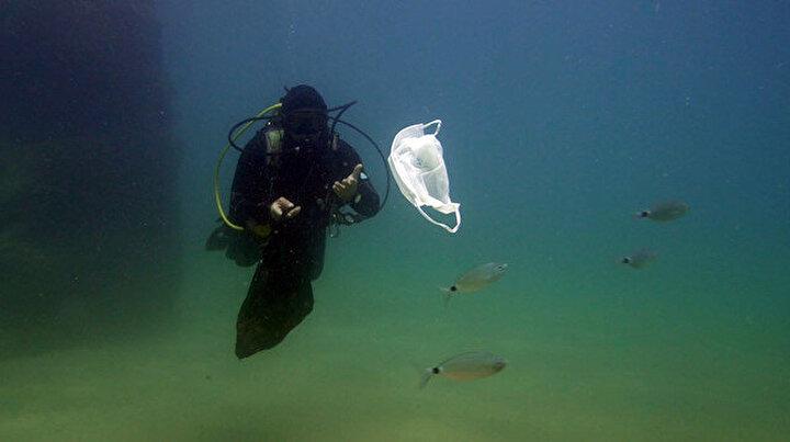 Su altında maske ve eldiven kirliliği
