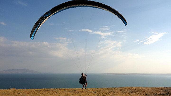 Dezenfektan dolu püskürtme pompasıyla yamaç paraşütüyle uçtu