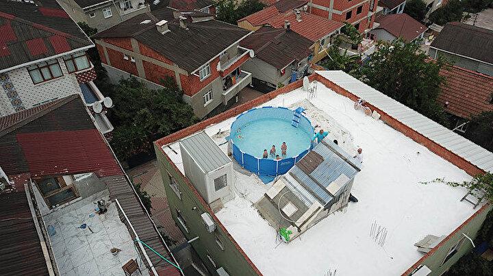 Süper dede: Pandemi döneminde torunları için çatıya havuz yaptırdı