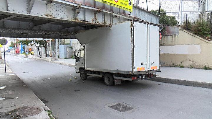 Azami yüksekliğe uymayan kamyonet üst geçide sıkıştı