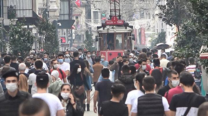 Taksim ve İstiklal Caddesinde salgına rağmen insan seli: Koronavirüse aldırmadan yan yana yürüyen kalabalık dikkat çekti