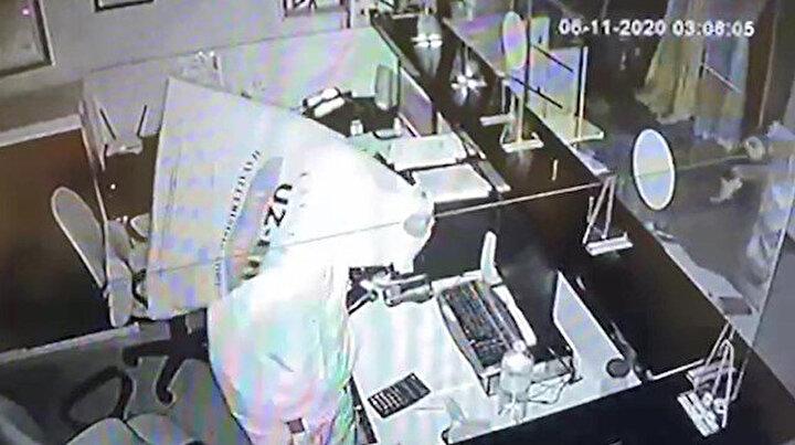 Güvenlik kamerasını fark etti başına poşet geçirdi
