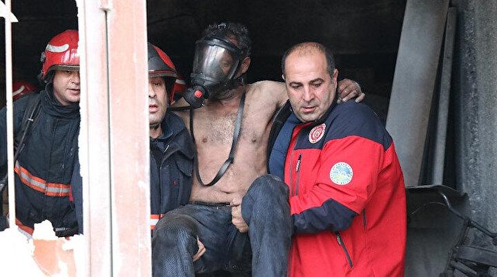 Alevlere teslim olan dükkanda öyle bir yere saklandı ki yanmakta kurtuldu