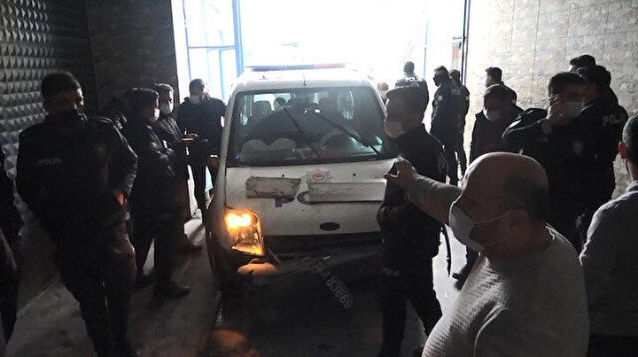 Şüpheli bir kişiyi kovalayan polis ekipleri duvara çarparak durabildi: Yaralanan olmadığı gibi şüpheli yakalandı