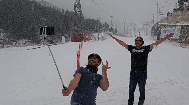 Palandöken sezonu açtı: Vatandaşlar kar yağışının tadını çıkarıyor
