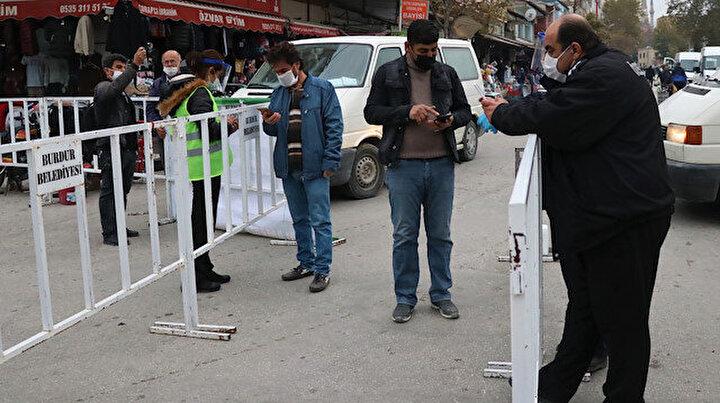 Burdurda semt pazarında denetleme: Karantinada olması gereken 10 kişi yakalandı