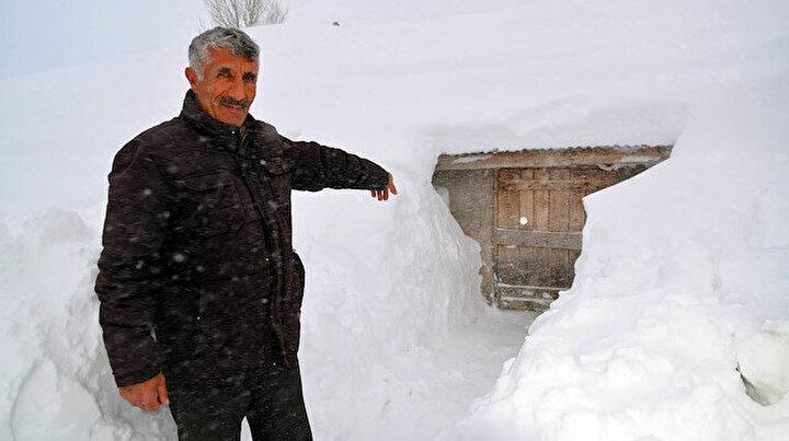 Köylerine 2 metre kar: Evlerine kar tünellerinden girip çıkıyorlar