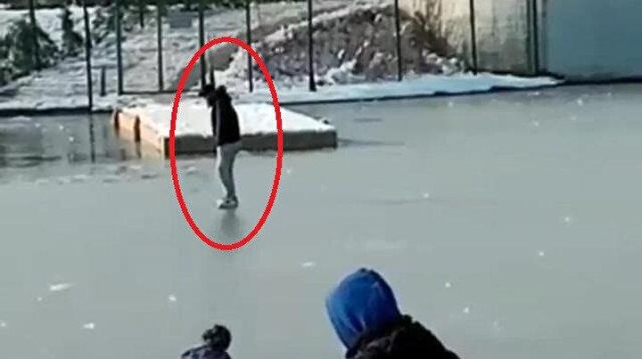 Eksi 10 derecede buz tutunca vatandaş üzerinde yürüdü