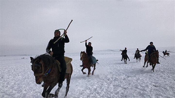 30 santimetre karda cirit şovu: Görsel şölen yaşattılar