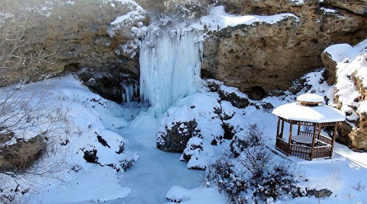 Buzdan şölen: Sırakayalar Şelalesi