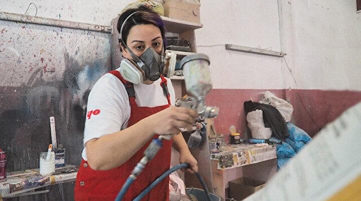 Oto boyacılığı yapan Eylem usta erkeklere taş çıkartıyor