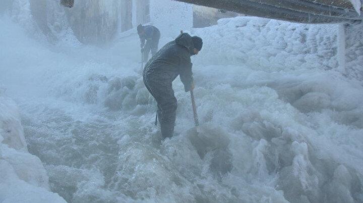 Her gün buz kırıyorlar: Eksi 30 derece soğukta işçilerin buzla sınavı