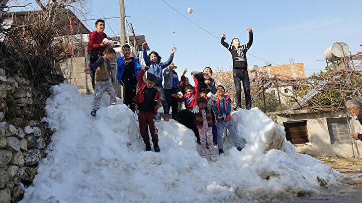 Kar olmadığı için beton zeminde kayan çocuklara dağdan kar getirdiler