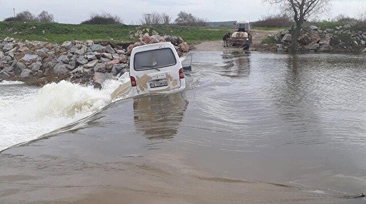 Dere üzerindeki köprüden geçerken akıntıya kapılan minibüsten son anda kurtuldular