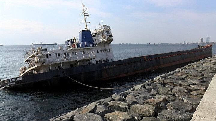 Zeytinburnunda batmasın diye halatlarla bağlanan gemide sızıntı