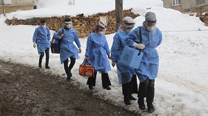 Karlı yolları aşarak koronavirüs aşısı yapıyorlar