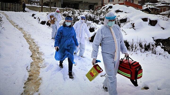 Kar ve baraj onlara engel olmuyor: Aşı ekipleri komando gibi