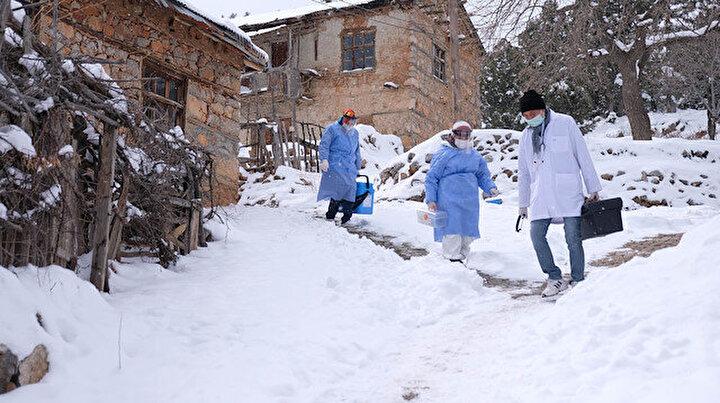 Karla kaplı Toros Dağı eteklerindeki zorlu aşı mesaisi: Devletimiz var olsun
